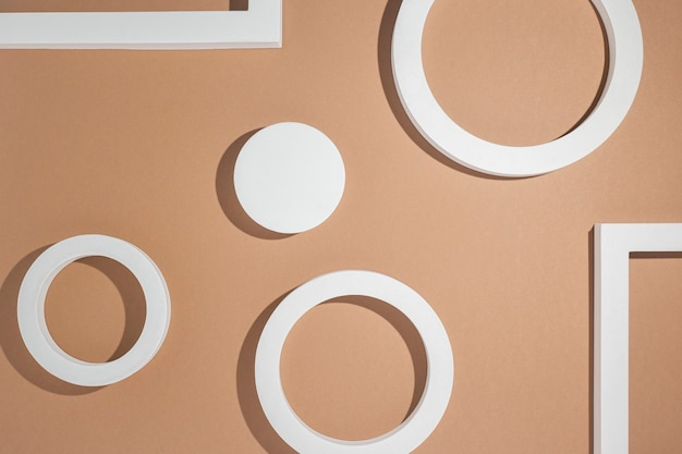 Białe kwadratowe podium prezentacji geometrycznej na brązowym tle. widok z góry, układ płaski.