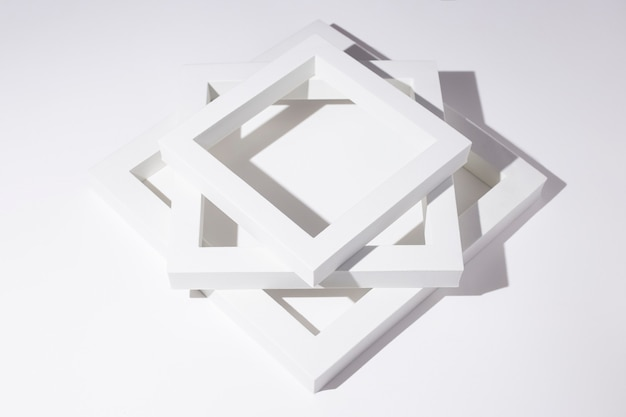 Białe kwadratowe ramki podium do prezentacji na białym tle.