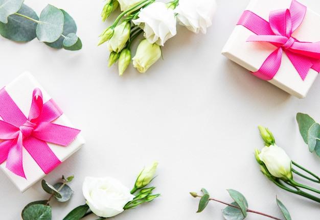 Białe kwiaty eustoma i pudełko upominkowe