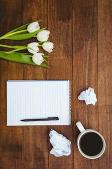 Białe kwiaty i filiżanka kawy