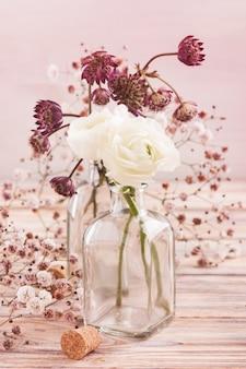 Białe kwiaty jaskier i hortensji