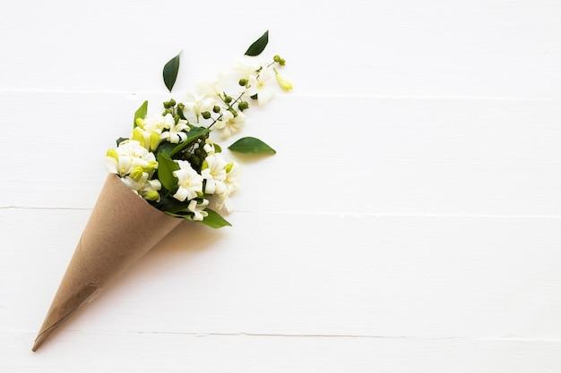 Białe kwiaty jaśminu w bukiecie