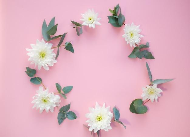Białe kwiaty na różowym tle