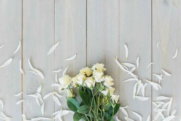 Białe kwiaty na szarym drewnianym biurku