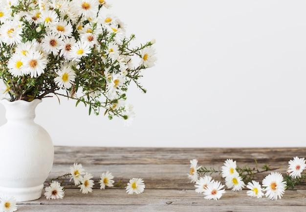 Białe kwiaty w wazonie