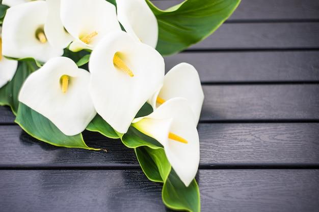 Białe lilie calla w bukiecie ślubnym