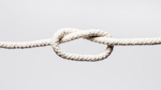 Białe liny z zawiązanym węzłem