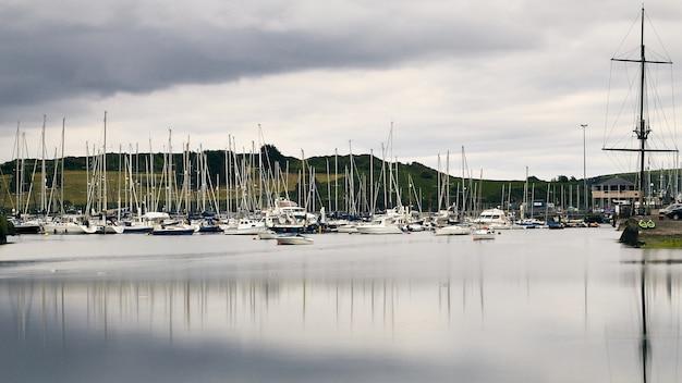 Białe łodzie na wybrzeżu kinsale
