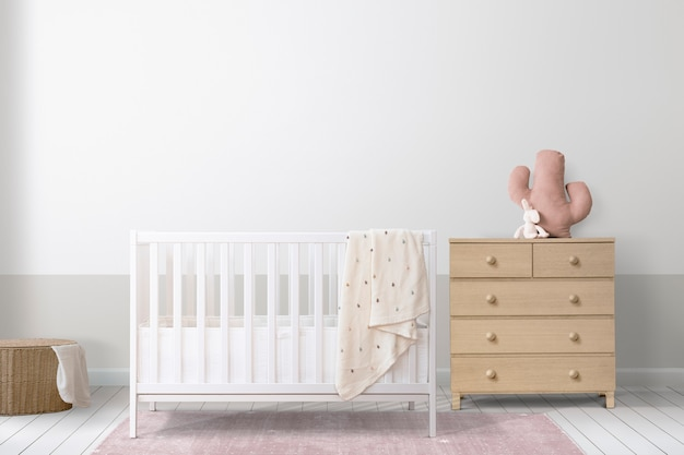 Białe łóżeczko w minimalnym pokoju dziecięcym