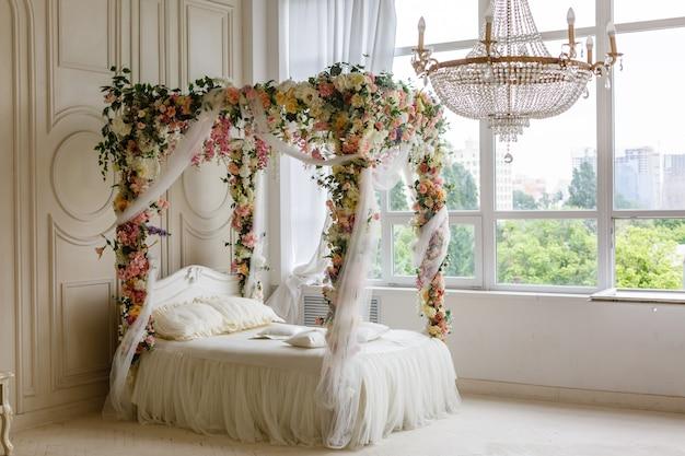 Białe łóżko w klasycznym stylu