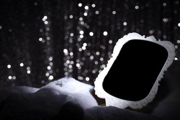 Białe lustro na futrze i srebrna tapeta