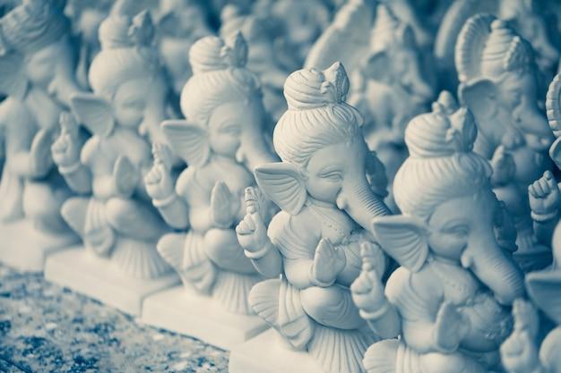 Białe małe figurki ganesha