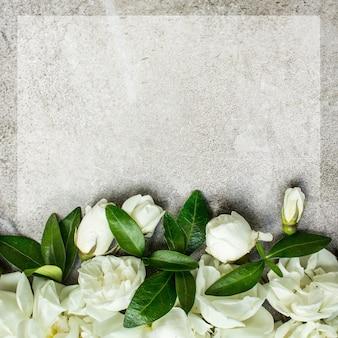 Białe małe róże na szarym tle, miejsce na tekst. makieta kwiatowy kartkę z życzeniami. zaproszenie na ślub