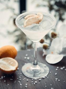 Białe martini z plasterkami cytryny