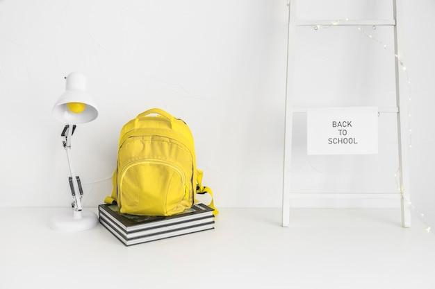 Białe miejsce do nauki z żółtymi detalami