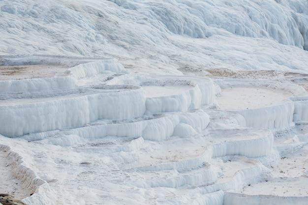 Białe miski suszonych źródeł termalnych miasta pamukkale.