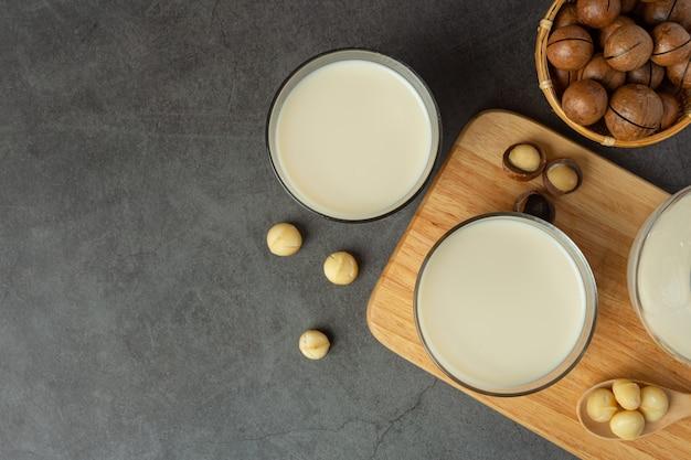 Białe mleko makadamia gotowe do podania
