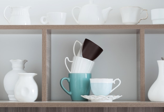 Białe naczynia kuchenne na drewnianej półce