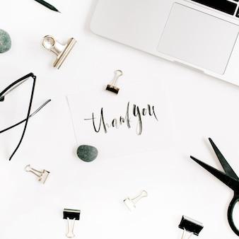 Białe nowoczesne biuro w okularach