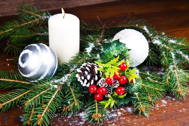 Białe ozdoby świąteczne na świerkowych gałęziach
