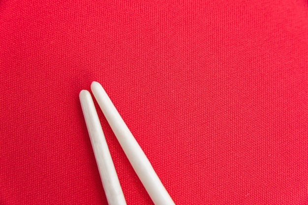 Białe pałeczki na czerwonym stole