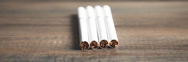 Białe papierosy na stole