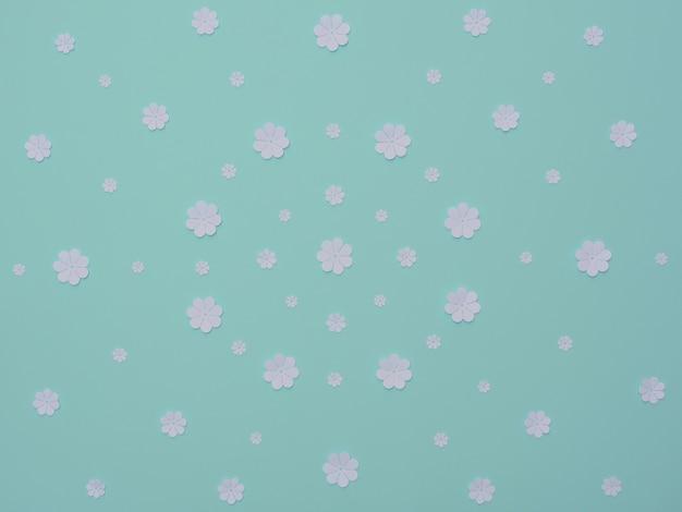 Białe papierowe kwiaty na niebieskim tle płaski świecki papier pozdrowienie lub karta zaproszenie