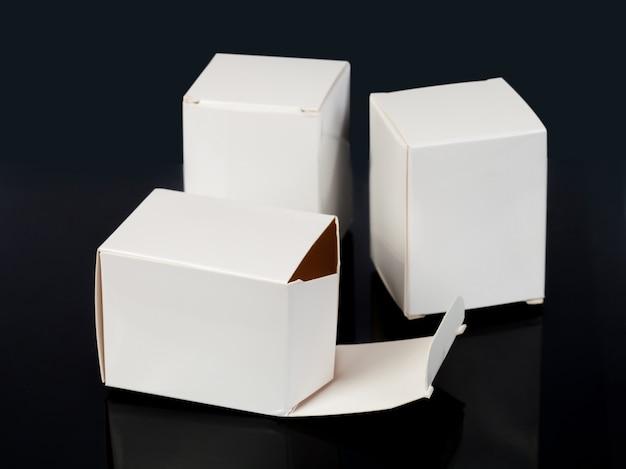 Białe papierowe pudełko lub makieta gotowe do projektu. perspektywa pudełka. szablon skrzynki.