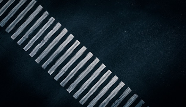 Białe pasy farby na pustym przejściu dla pieszych oznaczenie przejścia dla pieszych pusty p...