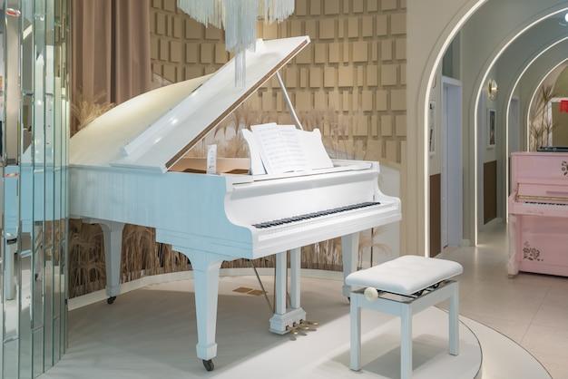 Białe pianina w pokoju