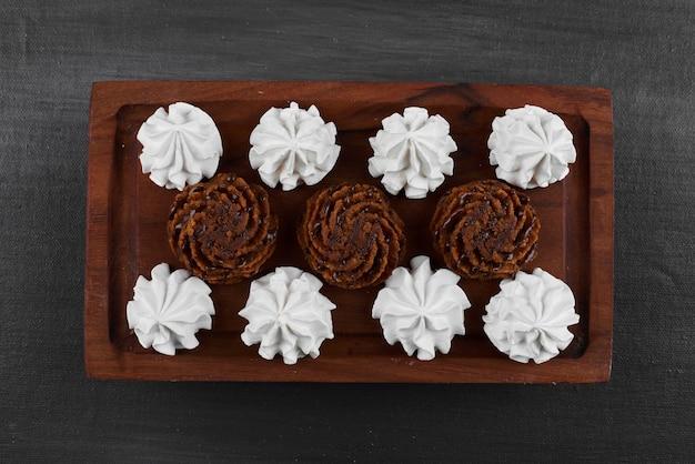 Białe pianki marshmallows z czekoladowymi pralinami.