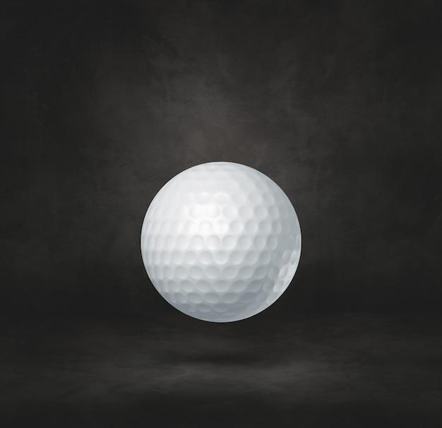 Białe piłeczki do golfa na białym tle na tle czarnym studio.