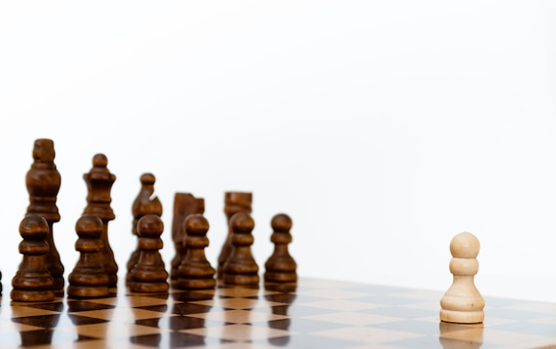 Białe pionki szachowe na szachownicy w czerni i bieli.