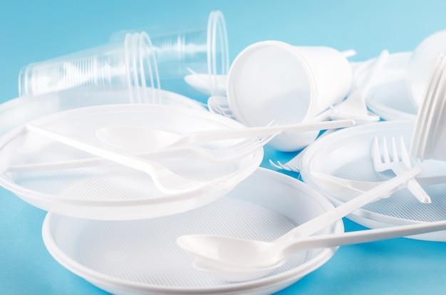 Białe plastikowe naczynia jednorazowe