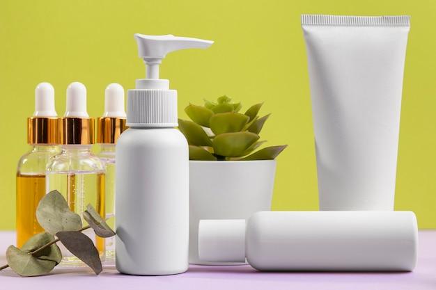 Białe plastikowe pojemniki na kosmetyki