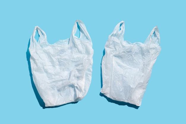 Białe plastikowe torby na niebieskiej powierzchni