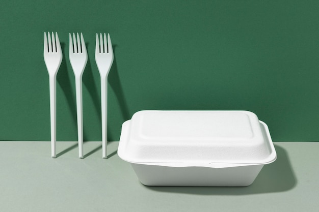 Białe plastikowe widelce i pojemnik na fast food