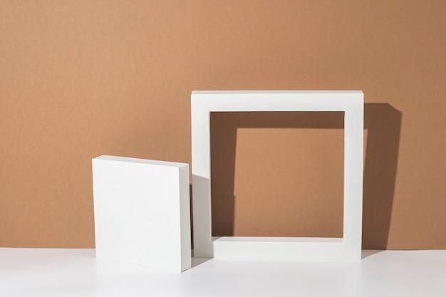 Białe podium do prezentacji na brązowym tle. widok z góry, układ płaski