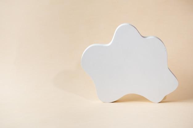 Białe podium na beżowym tle. szablon, makiety produktów do prezentacji. pastelowa kolorystyka stylizowana na kompozycję z geometrycznymi formami. minimalna koncepcja. makieta produktu