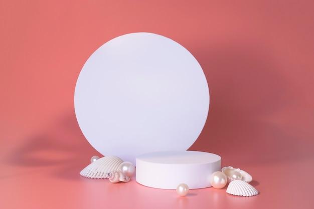 Białe podium na różowym tle z perłami i muszlami. podium dla produktu, prezentacja kosmetyczna. kreatywna makieta. cokół lub platforma na kosmetyki. minimalistyczny design.