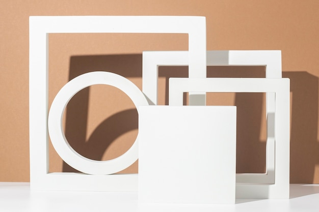 Białe podium prezentacji geometryczne kształty na brązowym tle. widok z góry, układ płaski.
