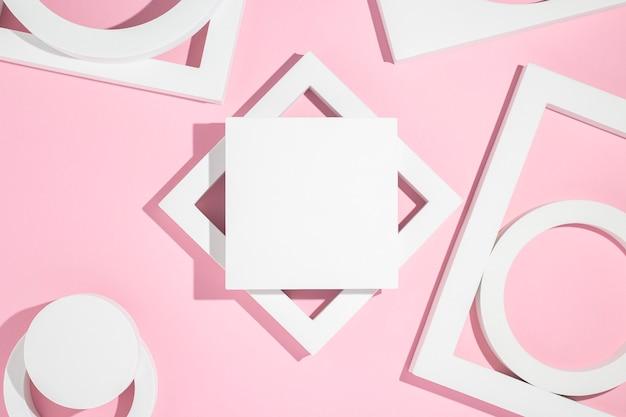 Białe podium prezentacji geometryczne kształty na różowym tle. widok z góry, układ płaski.