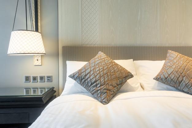 Białe poduszki dekoracji na łóżku w sypialni