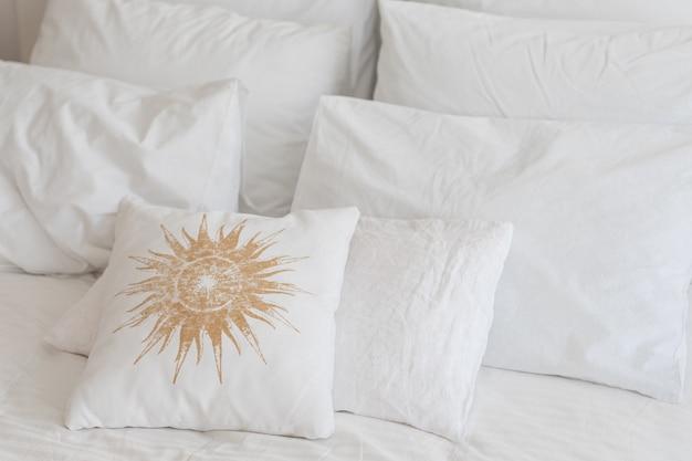 Białe poduszki hotelowe z bliska?