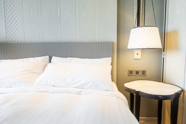 Białe poduszki na łóżko we wnętrzu sypialni