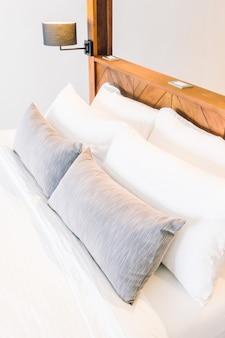 Białe poduszki na łóżku