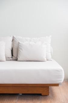 Białe poduszki ułożone