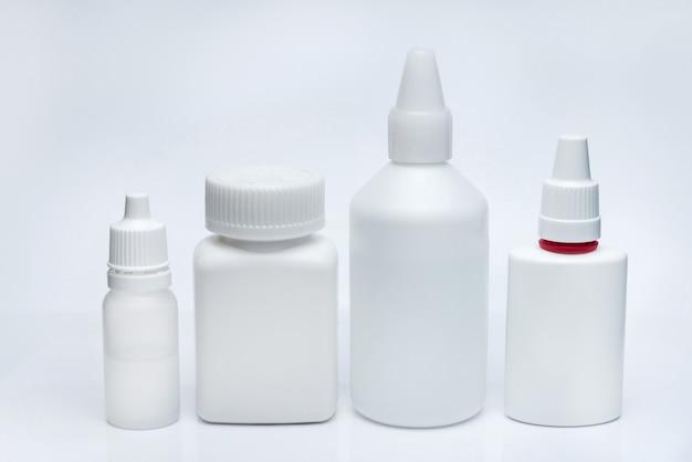 Białe pojemniki na leki na białym tle