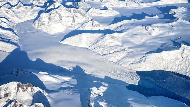 Białe pokryte śniegiem góry w ciągu dnia