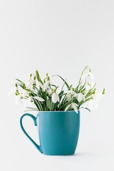 Białe przebiśniegi wiosna w filiżance